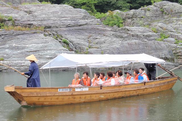 屋根つき船